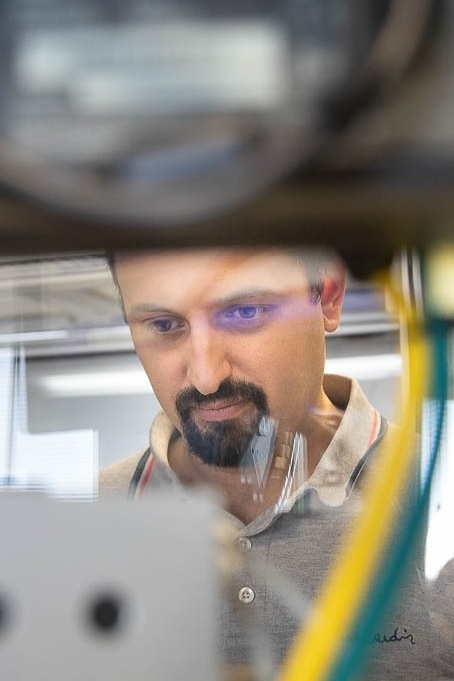 An employee in electronics for microtechnology in microfluidics working with the Bartels Mikrotechnik mp6 micropump